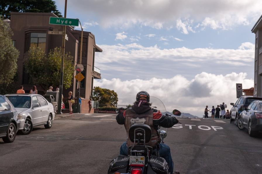 Steil aufwärts dem Stop-Schild entgegen, fies für Motorradfahrer :-)