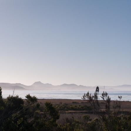 Morgendunst über dem Meer