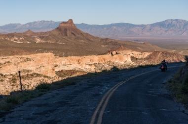 Schlechte Straße und schwierige Lichtverhältnisse