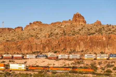 Ein Zug mit 3 oder 4 Locks sieht man hier öfter, es hängen manchmal bis zu 170 Wagons dran.