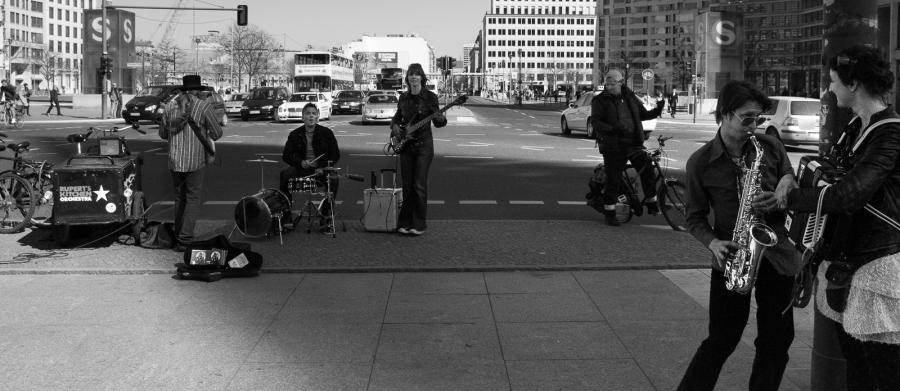 Funkband aus Berlin spielt auf einer Verkehrsinsel