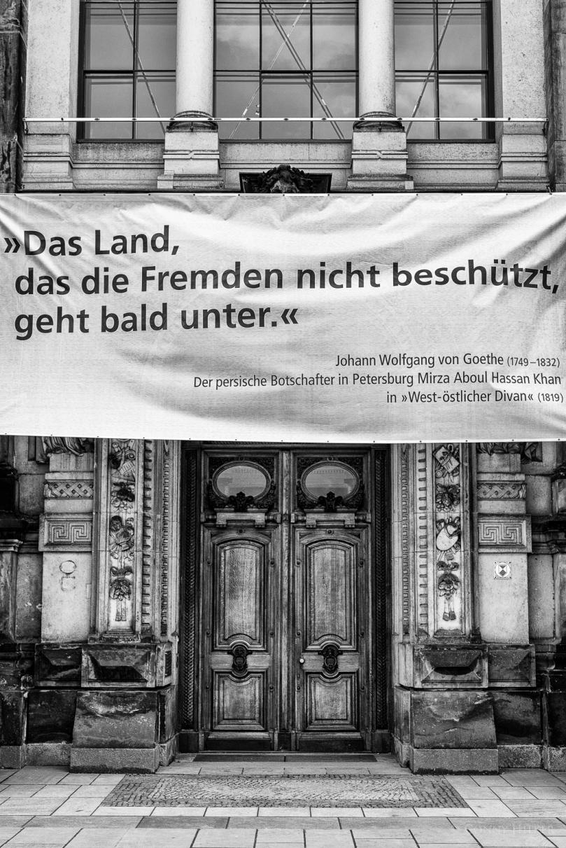 """Plakat an der Hochschule für Bildende Kunst, Dresden: """"Das Land, dass die Fremden nicht beschützt, geht bald unter."""""""