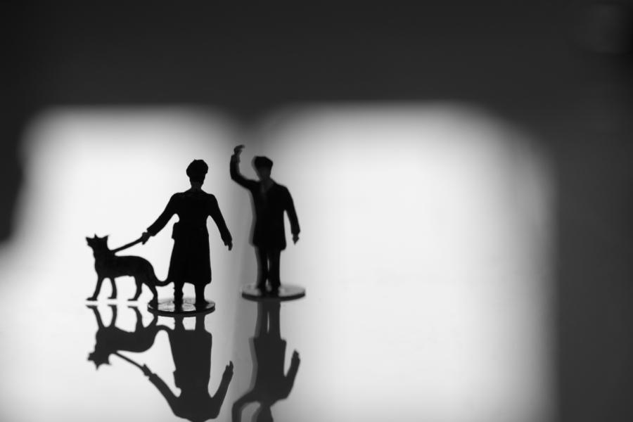 RESISTENCE I zeigt die Silhouette zweier Miniaturfiguren in Uniform, einer führt einen Schäferhund, der andere hebt den Arm zum Gruß