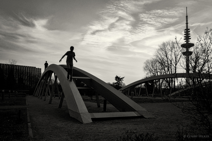 Kletternde Jungen - NOT ALONE