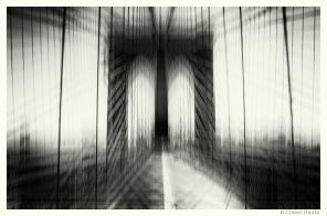 New York in Bewegung, in motion, monochrom. Brooklyn Bridge