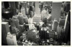 New York in Bewegung, in motion, monochrom. Über den Dächern von Manhattan