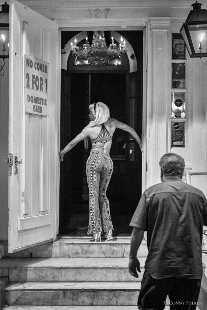 Working girl. Bourbon Street, New Orleans, Louisiana, USA in s/w, b/w