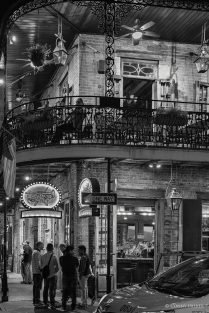 Passanten. Bourbon Street, New Orleans, Louisiana, USA in s/w, b/w