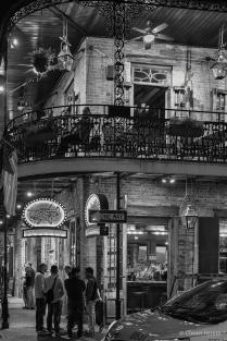 Passanten. Bourbon Street, New Orleans, Louisiana, USA in s/w, b/w