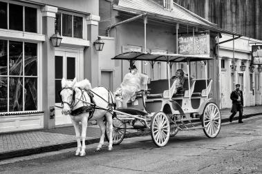 Pferdekutsche. Bourbon Street, New Orleans, Louisiana, USA in s/w, b/w
