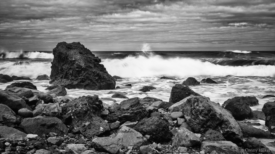 Rough Sea I. Die rauhe See, der tosende Atlantik am Playa de Amaciga, Teneriffa in b/w, s/w.