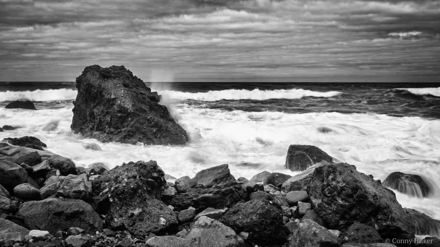 Rough Sea II. Die rauhe See, der tosende Atlantik am Playa de Amaciga, Teneriffa in b/w, s/w.