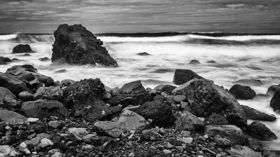 Rough Sea III. Die rauhe See, der tosende Atlantik am Playa de Amaciga, Teneriffa in b/w, s/w.