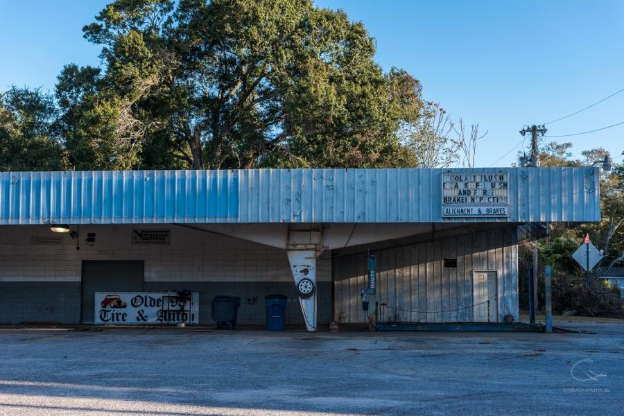 Alte Tankstelle in den Südstaaten, blau