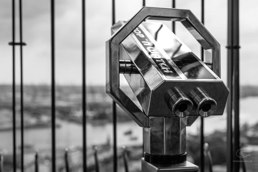 Ein Fernrohr von der Aussichtsplattform des Michels in s/w